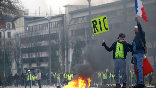 Protesters wearing yellow vests attend a demonstration of the yellow vests movement in Nantes, France, December 22, 2018 - Sputnik International