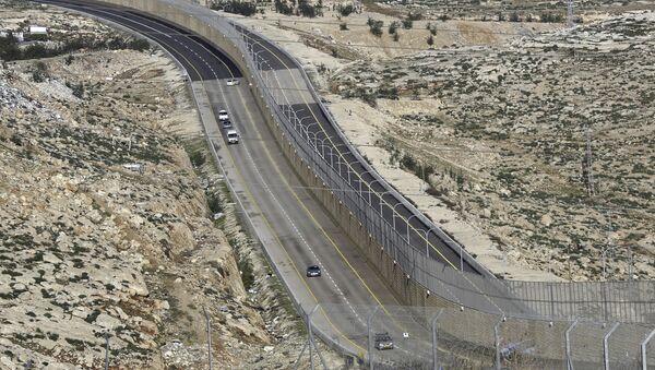 A newly opened segregated West Bank highway, right side of the wall, is seen near Jerusalem Thursday, Jen. 10, 2019. - Sputnik International