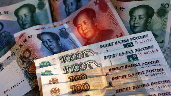 Chinese 100, 50, 20, 10 and 5 yuan bills and Russian 1,000 and 100 ruble bills - Sputnik International