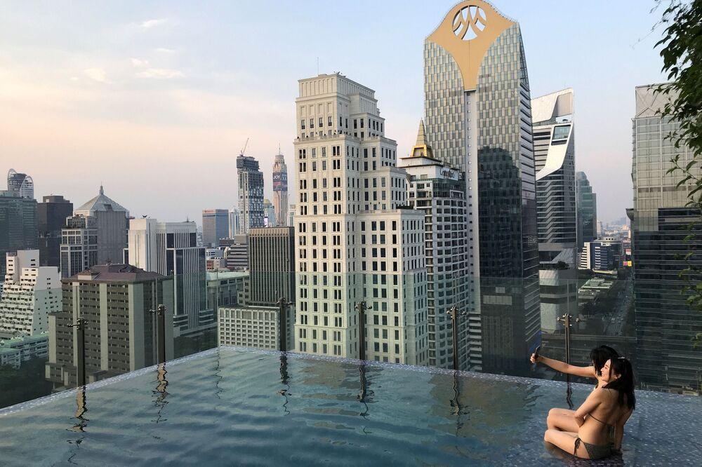 Туристы в бассейне на крыше отеля в центре Бангкока, Таиланд