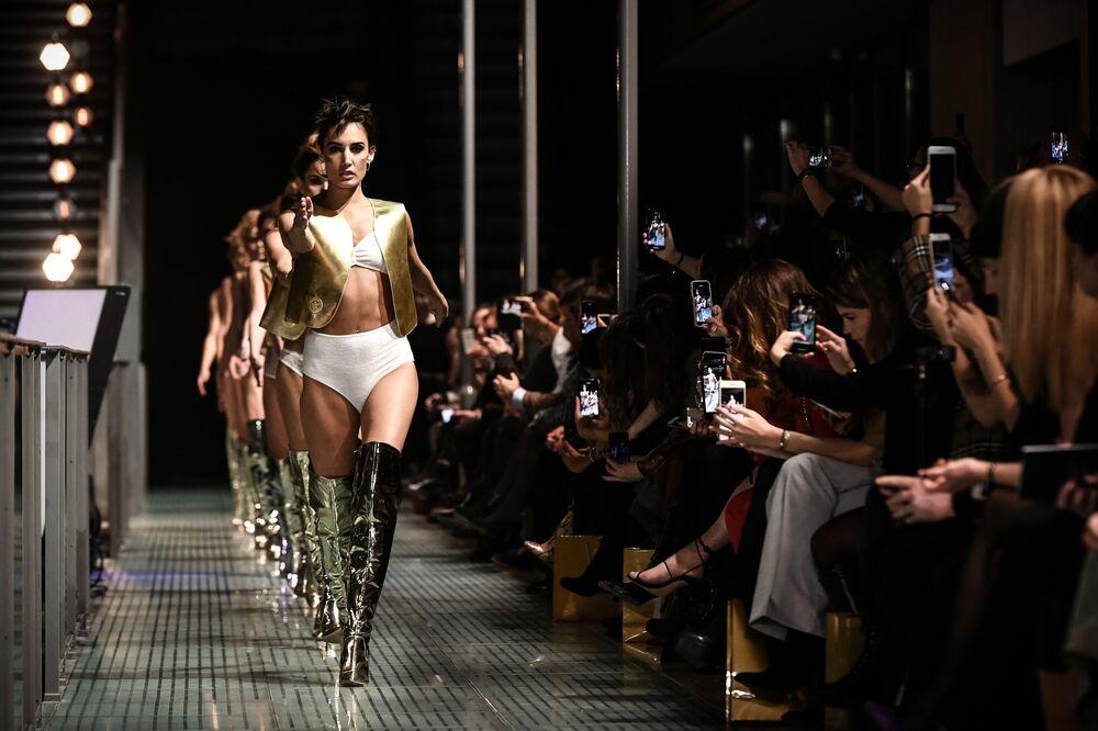 Модель во время презентации нижнего белья на модном шоу Lingerie Rocks в Париже