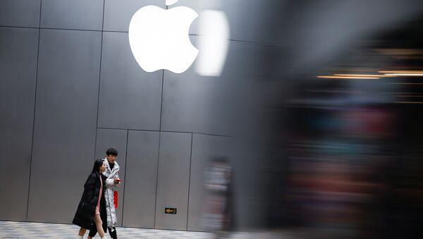 People walk past an Apple store in Beijing, China January 7, 2019 - Sputnik International
