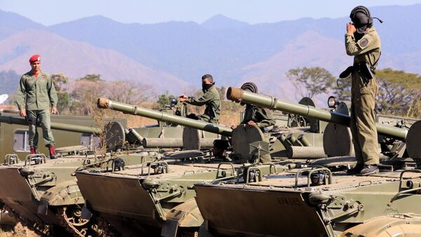 Venezuelan President Nicolas Maduro inspects troops ahead of military drills on January 27, 2019 - Sputnik International