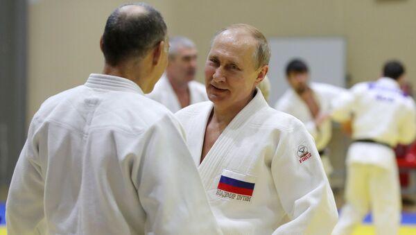 Russian Olympic Champ Injures Putin's Finger During Judo Sparring - Sputnik International