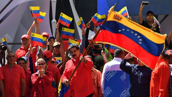 Venezuelan President Nicolas Maduro (C) waves the national flag during a pro-government march in Caracas, on February 23, 2019. - Sputnik International