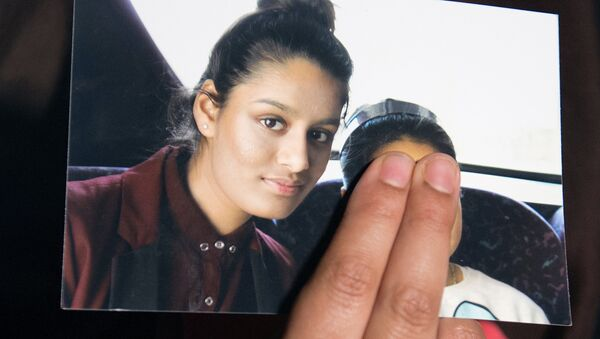 FILE PHOTO: Renu Begum, sister of teenage British girl Shamima Begum, holds a photo of her sister as she makes an appeal for her to return home at Scotland Yard, in London, Britain February 22, 2015 - Sputnik International