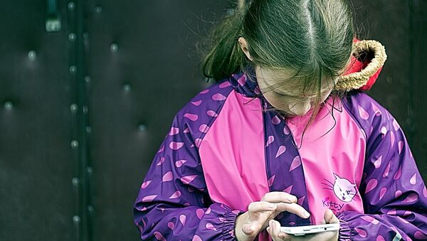 A girl using her mobile phone - Sputnik International
