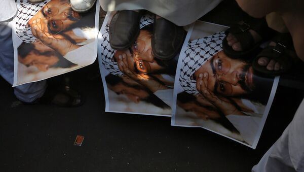 Demonstrators step on the posters of Maulana Masood Azhar, head of Pakistan-based militant group Jaish-e-Mohammad which claimed attack on a bus that killed 44 Central Reserve Police Force (CRPF) personnel in south Kashmir on Thursday, during a protest in Mumbai, India, February 15, 2019 - Sputnik International