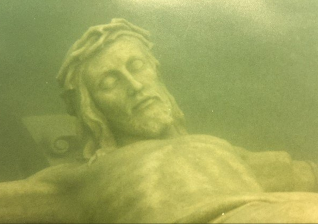 Hundreds Flock to Annual Reveal of Underwater Jesus Statue