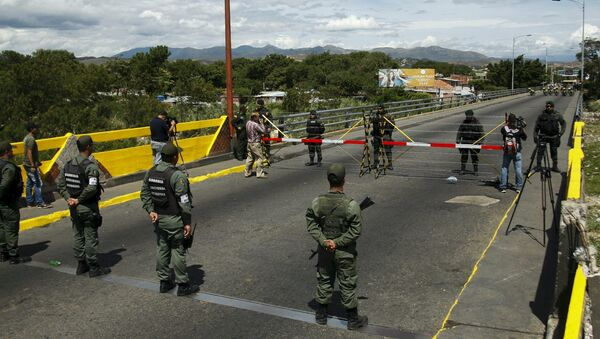 Venezuela's National Guards (bottom) stand in front of Colombia's soldiers at Simon Bolivar international bridge, on the border with Colombia - Sputnik International