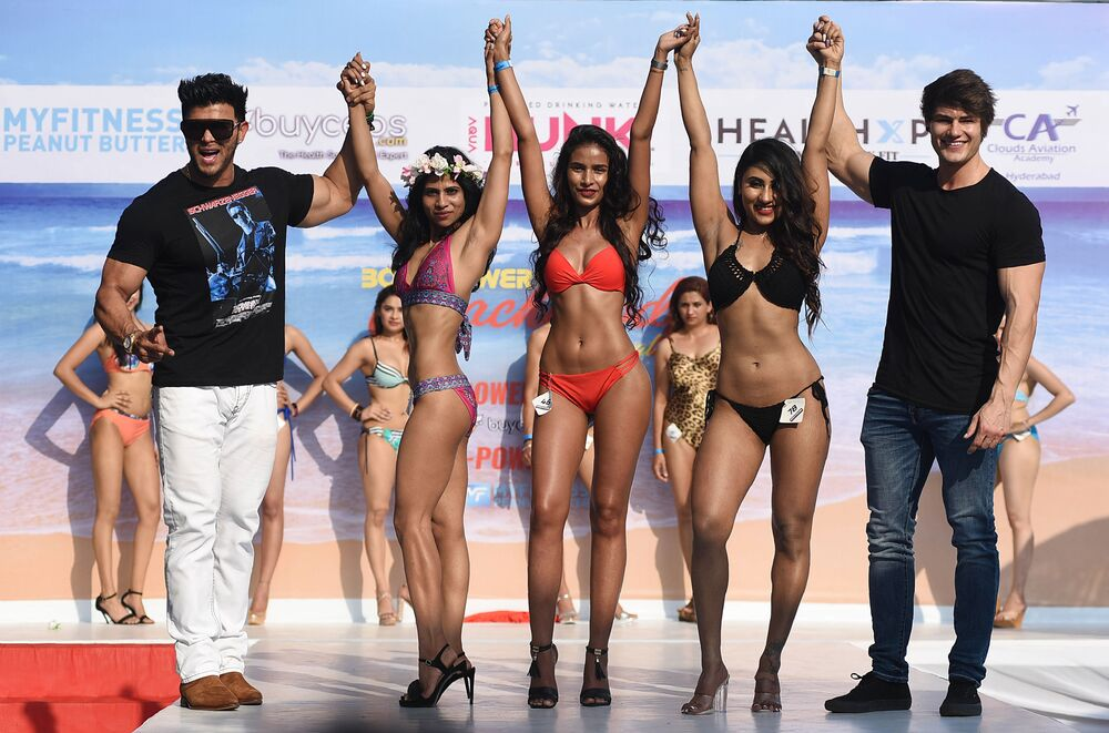 Indian Bollywood actor and bodybuilder Sahil Khan (L) and American bodybuilder and fitness model Jeff Seid (R) stand on the stage with participants of the 'Body Power Beach Show', India's first beach body carnival, in Goa on March 16, 2019.