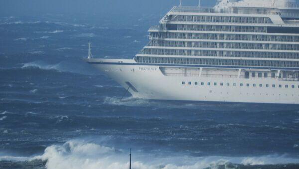 A cruise ship Viking Sky drifts towards land after an engine failure, Hustadvika, Norway March 23, 2019. - Sputnik International