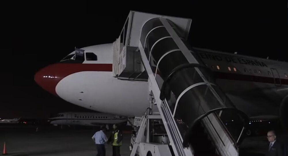 Los Reyes tardan una hora en salir del avión