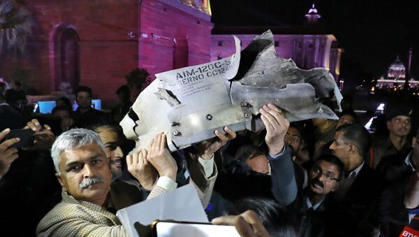 Indian Air Force officials display a wreckage of AMRAAM air-to-air missile that they say was fired by Pakistan Air Force fighter jet during a strike over Kashmir on Wednesday, after speaking with the media in the lawns of India's Defence Ministry in New Delhi, India, February 28, 2019 - Sputnik International