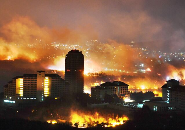 This picture taken on April 4, 2019 shows a forest fire raging near a town in Sokcho. A giant forest fire swept across swathes of South Korea on April 5