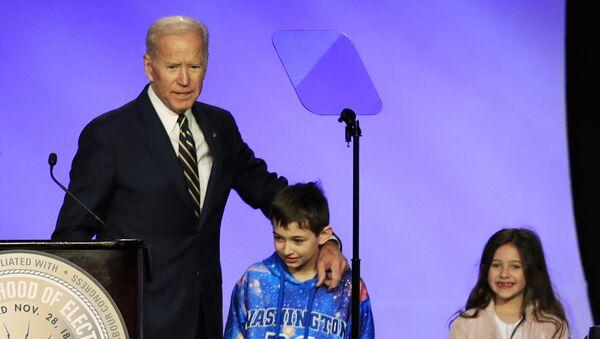 Former Vice President Joe Biden is joined by some children on stage - Sputnik International