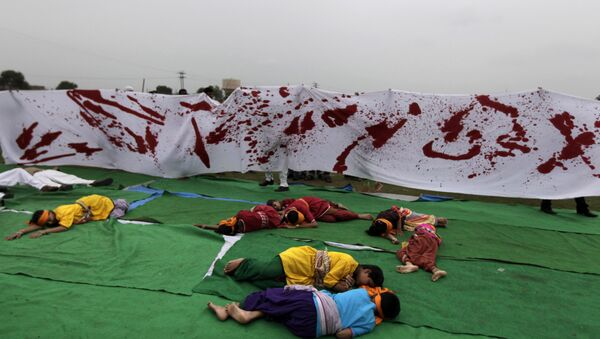 Artists reenact a scene from the 1919 Jallianwala Bagh massacre during a Special Olympics held by the survivors of the deadly 1984 Bhopal gas leak in an effort to shame Olympic sponsor Dow Chemical Co. on the eve of the London Games in Bhopal, India, Thursday, July 26, 2012 - Sputnik International