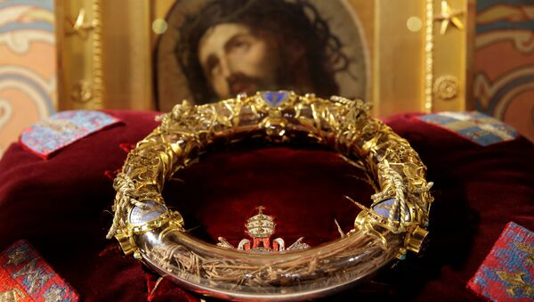 The Holy Crown of Thorns is displayed during a ceremony at Notre Dame Cathedral in Paris (File) - Sputnik International