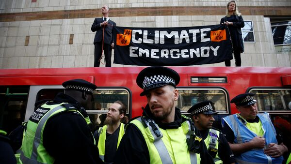 Police is seen as climate change activists demonstrate during the Extinction Rebellion protest, at Canary Wharf DLR station in London, Britain April 17, 2019. - Sputnik International