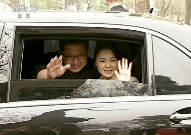 Лидер КНДР Ким Чен Ын с женой Ли Соль Чжу в Пекине