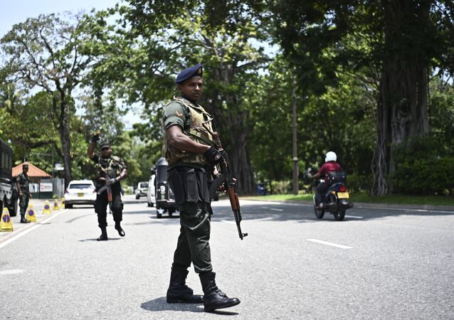 Soldiers take up their positions at a checkpoint on a street in Colombo on April 25, 2019, following a series of bomb blasts targeting churches and luxury hotels on the Easter Sunday in Sri Lanka