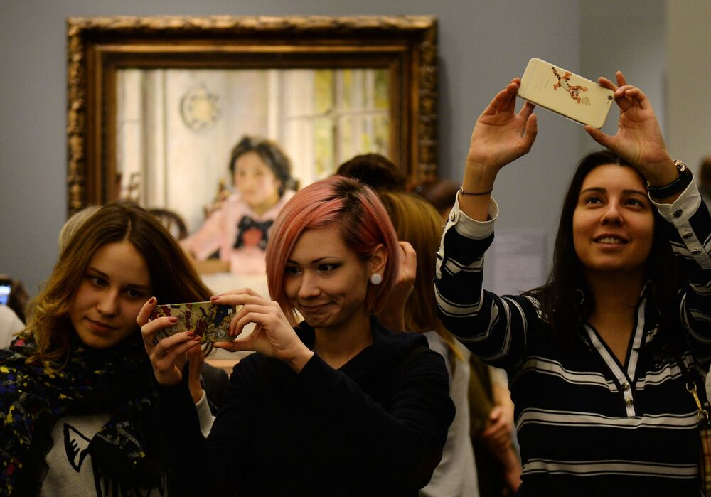 Tretyakov Gallery Visitors Take Selfies With Valentin Serov's Painting Girl With Peaches'