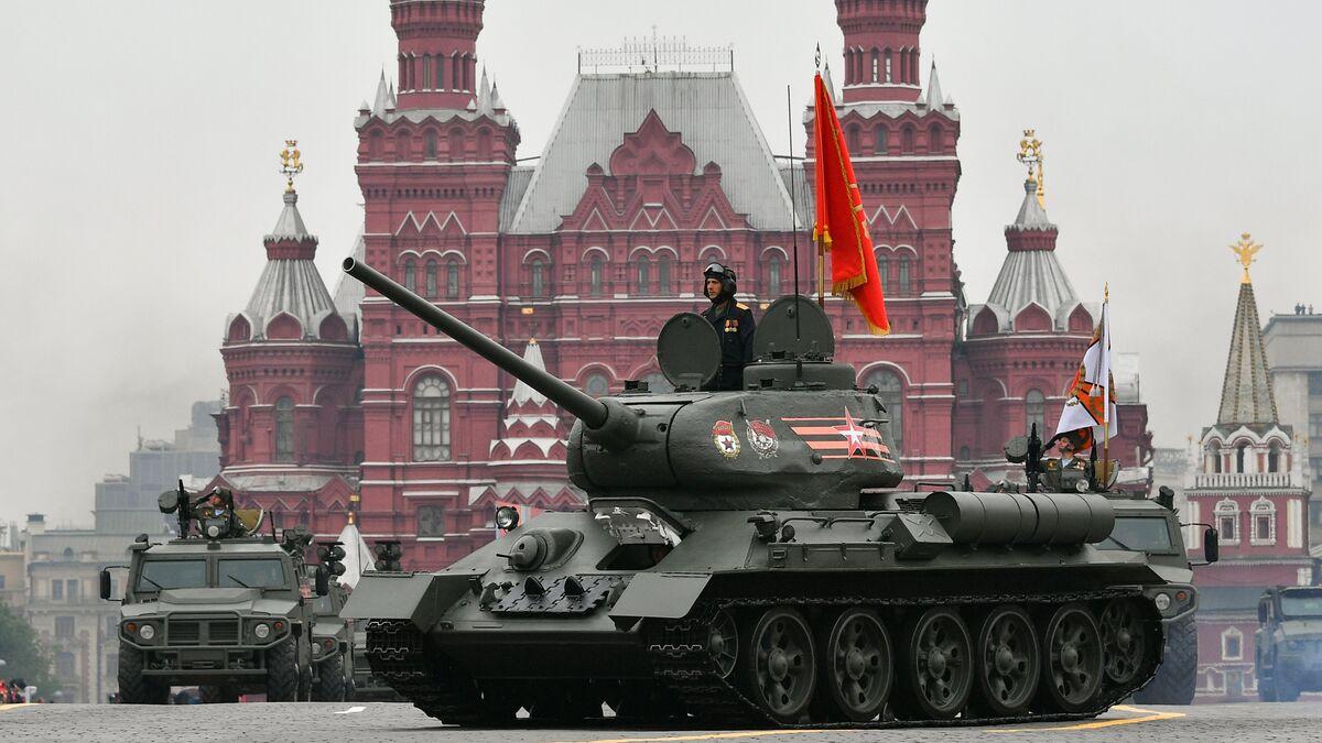 Um T-34-85 desfila na Praça Vermelha no Dia da Vitória.