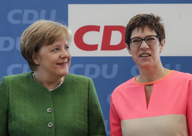 Annegret Kramp-Karrenbauer und Angela Merkel // AP Photo, Markus Schreiber