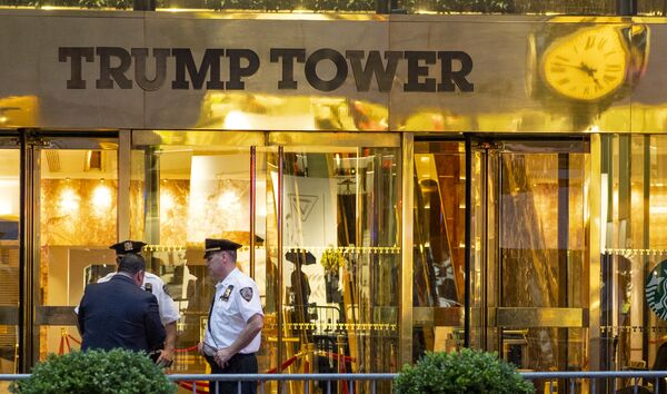 In this July 27, 2018 photo, police investigate the report of a suspicious item inside Trump Tower on Fifth Avenue, in New York - Sputnik International