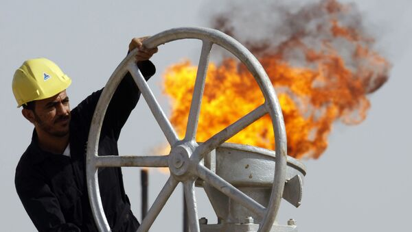 An Iraqi worker operates valves at the Nahran Omar oil refinery near the city of Basra, 340 miles southeast of Baghdad, Iraq - Sputnik International