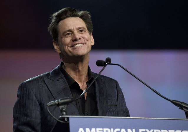 Jim Carrey presents the vanguard award at the 30th annual Palm Springs International Film Festival on Thursday, Jan. 3, 2019, in Palm Springs, Calif.