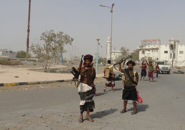 Yemeni pro-government forces gather in the port city of Hodeida on December 17, 2018.