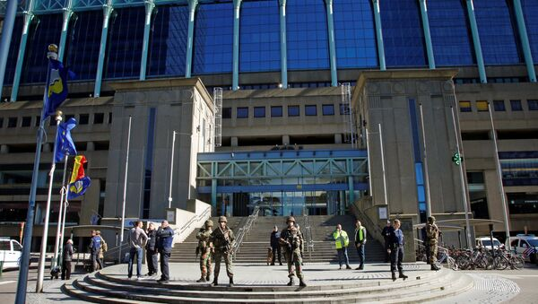 Police and army personnel stand guard during a bomb alert outside the Brussels-North (Gare du Nord - Noordstation) train station in Brussels, on October 5, 2016 - Sputnik International