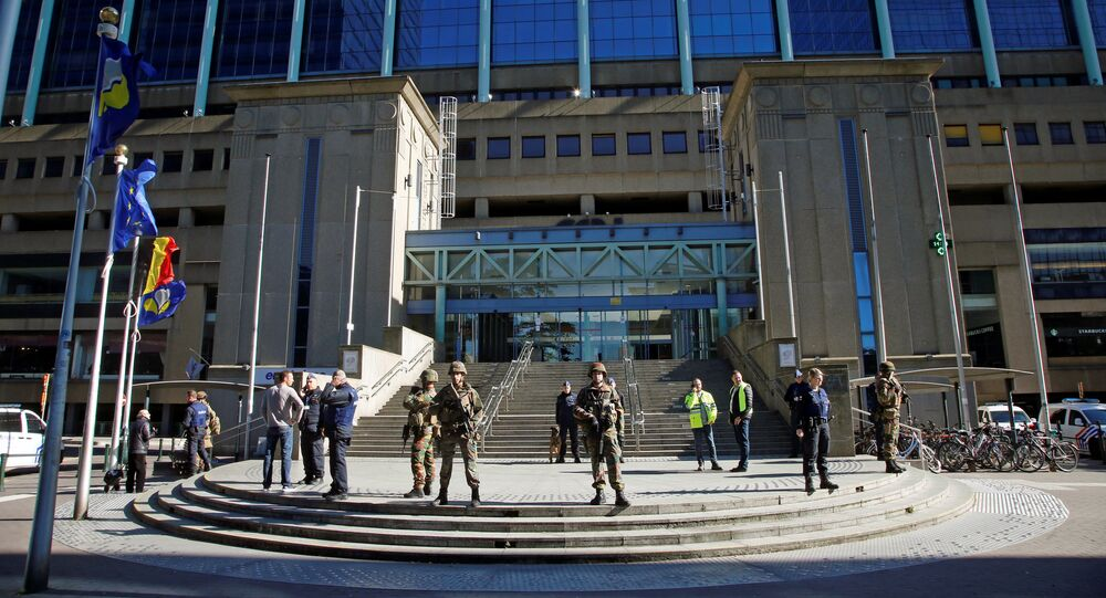 Police and army personnel stand guard during a bomb alert outside the Brussels-North (Gare du Nord - Noordstation) train station in Brussels, on October 5, 2016