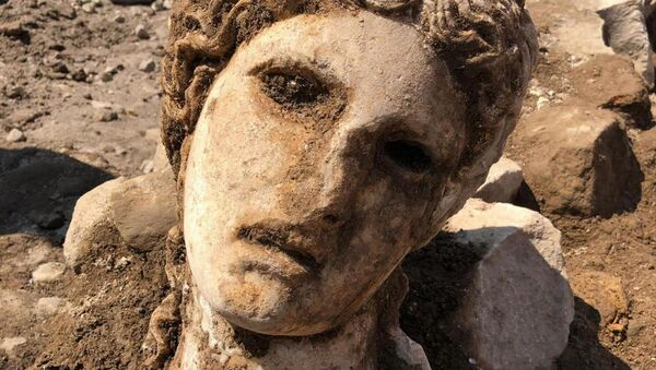 The head of a deity emerges during excavations under Rome Town Hall - Sputnik International
