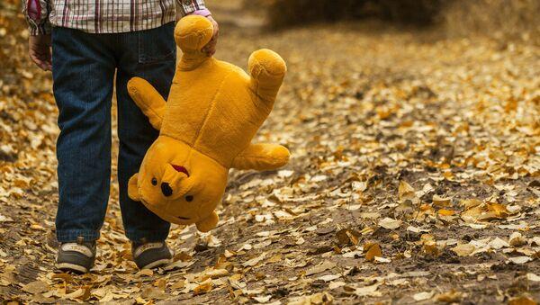 Child with a teddy bear - Sputnik International