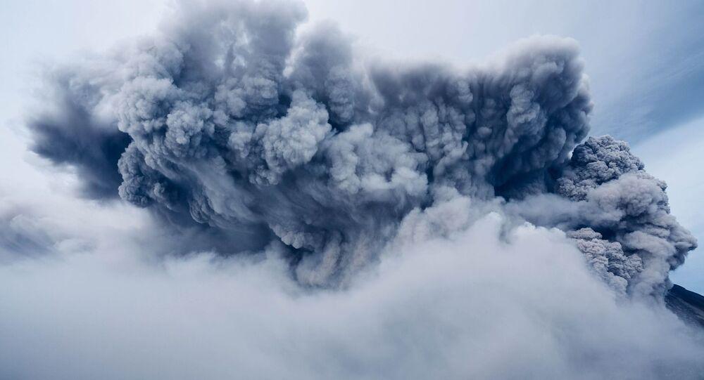 Volcano eruption , cloud of ash