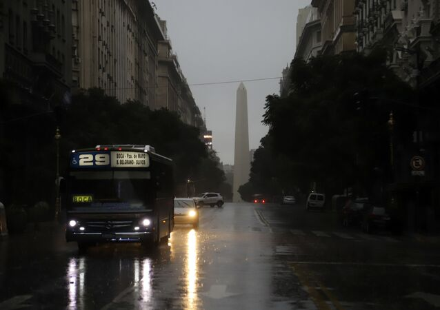 Photo released by Noticias Argentinas showing downtown Buenos Aires on June 16, 2019 during a power cut. - A massive outage blacked out Argentina and Uruguay Sunday, leaving both South American countries without electricity, power companies said.