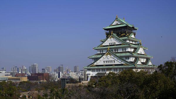 The main tower of Osaka Castle rises above the city in Osaka, Japan. - Sputnik International