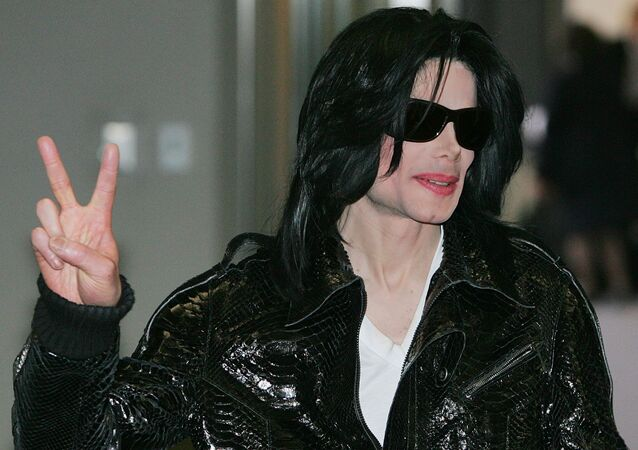 In this 7 March 2007 file photo, pop star Michael Jackson flashes a Victory sign to Japanese media upon his arrival at Narita international airport, near Tokyo.