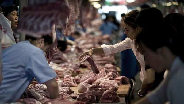 Customer buys pork meat inside a market in Beijing, China (File) - Sputnik International