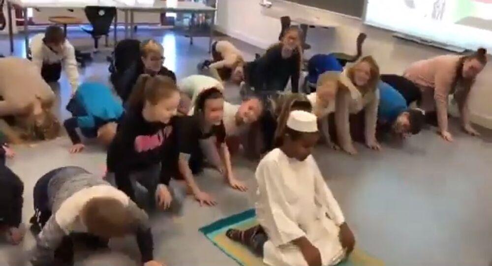 Muslim prayer at Thyregod School in Denmark (screenshot)