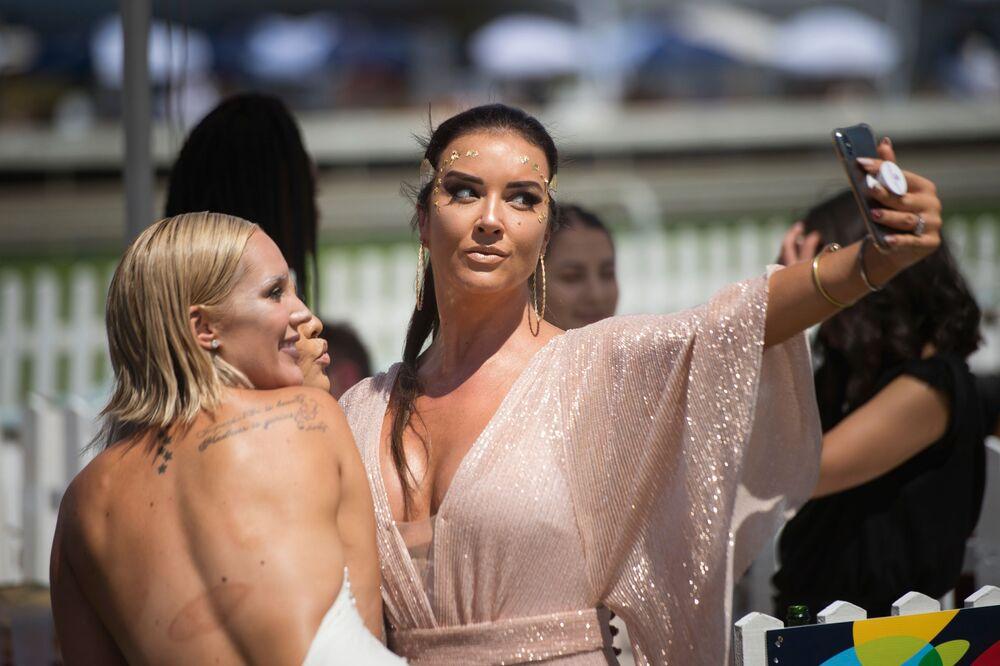 Girls Take Selfie at Met Horse Race in Cape Town
