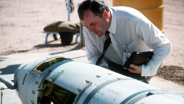 A Soviet inspector examines a BGM-109G ground-launched cruise missile in 1988 prior to its destruction - Sputnik International