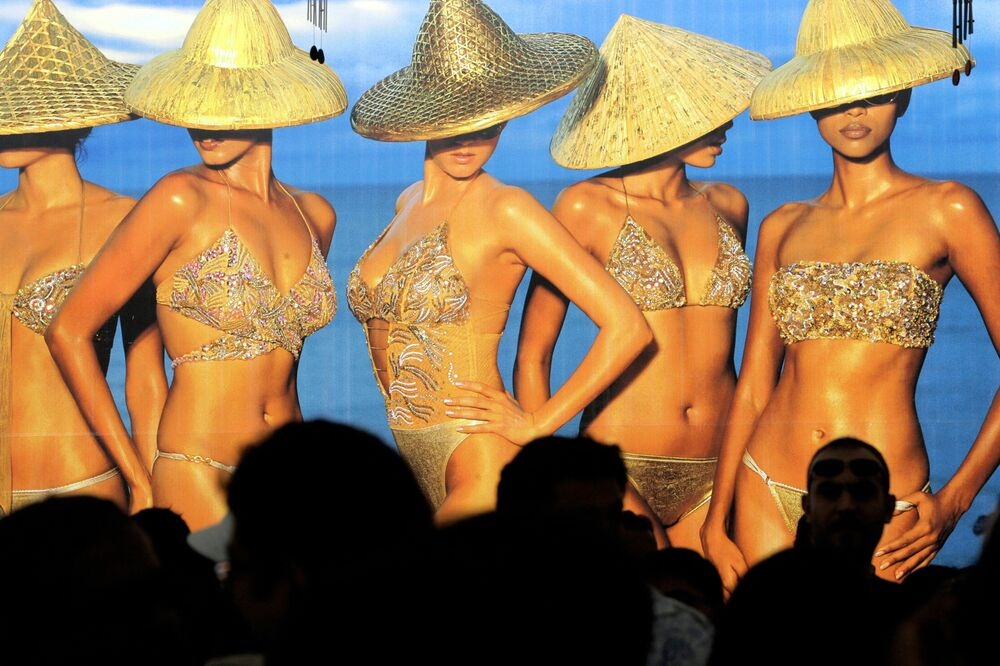 Presentation of the Kingfisher Swimsuit Special  Australia 2006 calendar