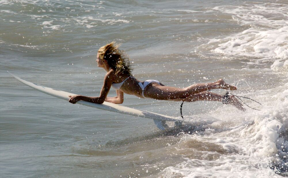 Actress Cameron Diaz surfs on the set of Charlie's Angels 2