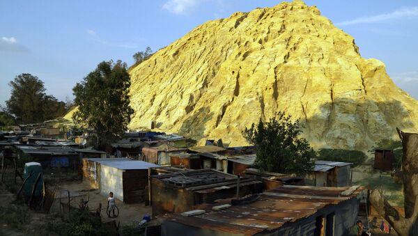 Shacks built below a gold mine dump in the Jerusalem squatter settlement, east of Johannesburg, South Africa, Tuesday, Oct. 28, 2014 - Sputnik International