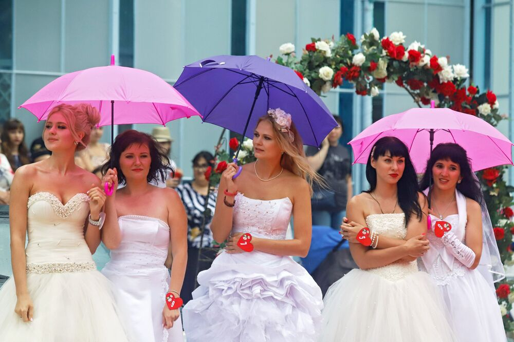 Can't Say No to Them! Sporty Beauties Run Bride Race in Russia