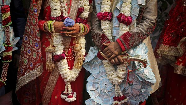 A newly wed Indian couple poses for photographs in New Delhi, India (File) - Sputnik International