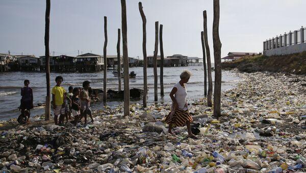 Замусоренный пляж в Порт-Морсби, столице Папуа - Новой Гвинеи - Sputnik International